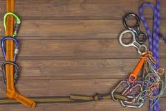 Engrenagem de escalada usada no fundo de madeira Ministérios do Comércio da propaganda O conceito de esportes extremos Foto de Stock