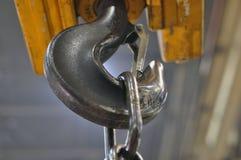 Engrenagem de levantamento na oficina na fábrica fotografia de stock royalty free