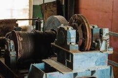 Engrenagem de levantamento velha winch imagens de stock royalty free