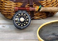 Engrenagem de pesca com mosca com cesto Imagens de Stock Royalty Free