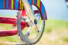 Engrenagem de uma bicicleta, projeto retro brilhante foto de stock