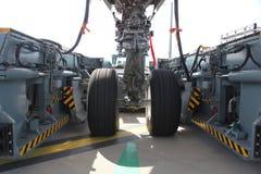 Engrenagem do avião no carro da tração Fotografia de Stock Royalty Free