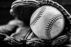 Engrenagem do basebol do vintage em um fundo de madeira Imagens de Stock