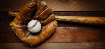 Engrenagem do basebol do vintage em um fundo de madeira Imagem de Stock