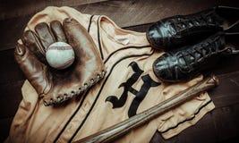 Engrenagem do basebol do vintage em um fundo de madeira Fotografia de Stock