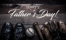 Engrenagem do basebol do vintage em um fundo de madeira com cumprimento do dia do ` s do pai Fotos de Stock Royalty Free