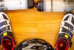 Engrenagem do ciclismo no fundo de madeira foto de stock royalty free