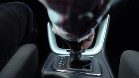 Engrenagem do deslocamento de homem, fim acima da m?o na engrenagem moderna autom?tica vídeos de arquivo
