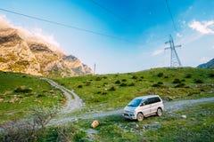 A engrenagem do espaço de Mitsubishi Delica fora da estrada em montanhas do verão ajardina Fotografia de Stock Royalty Free