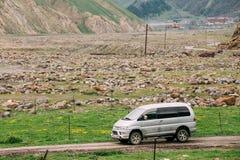 A engrenagem do espaço de Mitsubishi Delica fora da estrada nas montanhas Georgian do verão ajardina Imagens de Stock