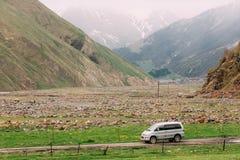 A engrenagem do espaço de Mitsubishi Delica fora da estrada nas montanhas Georgian do verão ajardina Foto de Stock Royalty Free
