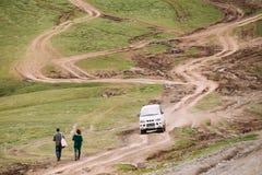 A engrenagem do espaço de Mitsubishi Delica fora da estrada nas montanhas Georgian do verão ajardina Foto de Stock