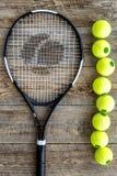 Engrenagem do esporte Bolas e raquete de tênis na opinião superior do fundo de madeira Imagem de Stock