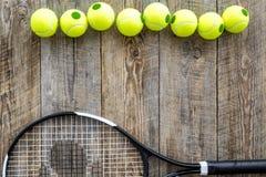 Engrenagem do esporte Bolas e raquete de tênis no copyspace de madeira da opinião superior do fundo Foto de Stock Royalty Free