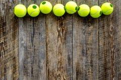 Engrenagem do esporte Copyspace de madeira da opinião superior do fundo das bolas de tênis Imagens de Stock
