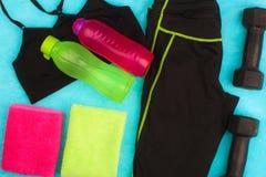 A engrenagem do Gym, a roupa do gym e os esportes vestem o jogo Fotos de Stock Royalty Free