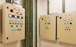 Engrenagem e interruptores bondes de interruptor que controlam a fonte do condicionamento de ar, a clara e a elétrica da corrente Fotos de Stock Royalty Free