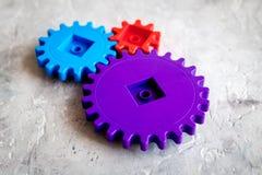 Engrenagens brilhantes para a grande tecnologia do trabalho da equipe e do mecanismo correto no fundo de pedra imagem de stock royalty free