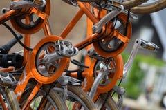 Engrenagens & correntes alaranjadas da bicicleta fotos de stock
