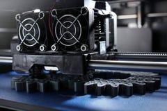 Engrenagens de dente reto da fabricação de FDM 3D-printer do filamento prata-cinzento na fita da cópia azul na luz brilhante Fotos de Stock Royalty Free
