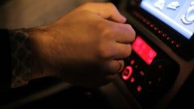 Engrenagens de deslocamento da mão do homem ao conduzir o carro Condução de carro com transmissão manual video estoque