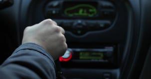 Engrenagens de interruptores de uma mão do ` s da mulher em um carro vídeos de arquivo