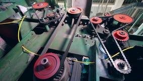 Engrenagens do mecanismo que trabalham em uma planta de fibra vídeos de arquivo