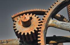 Engrenagens industriais ou rodas denteadas do metal oxidado velho usadas na maquinaria imagens de stock royalty free