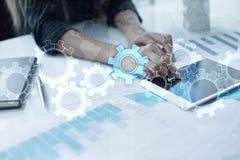 Engrenagens na tela virtual Estratégia empresarial e conceito da tecnologia Processo da automatização foto de stock