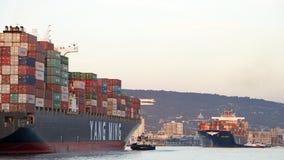 ENHÄLLIGHET för lastfartyg som YM avgår porten av Oakland arkivbilder
