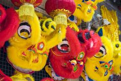Enhörningen går mot försäljning på den Hang Ma gatan Den van vid leksaken utför drake- och lejondans i orientaliska traditionella Royaltyfria Foton