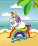 Enhörningen sitter på regnbågen och dricker fruktsaft Arkivfoton