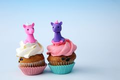 Enhörningmuffin för ett parti, en födelsedag eller en baby shower bageriefterrättbegrepp Royaltyfria Foton