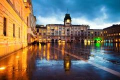 Enhet av den Italien fyrkanten i Trieste, Italien p? natten under tungt regna arkivfoto