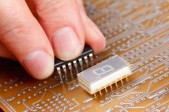 Enhet av elektroniska delar på strömkretsbräde Arkivbild