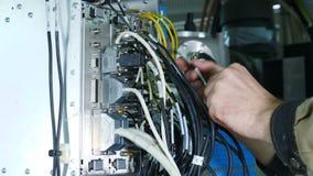Enhet eller reparera för elektronisk apparat En manlig servicearbetare installerar delen av MRI-bildläsaren Slut upp av manliga h arkivfilmer