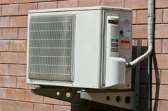 Enhet för luftvillkorkondensator som hänger på väggen arkivbilder