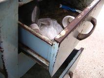 Enheter mycket av avfall från ett kontorsskrivbord Royaltyfri Fotografi