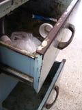Enheter mycket av avfall från ett kontorsskrivbord Royaltyfria Bilder