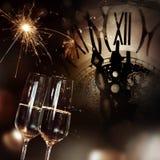 Enhorabuena con champán y el reloj por Año Nuevo Imagen de archivo libre de regalías