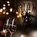 Enhorabuena con champán y el reloj por Año Nuevo Foto de archivo libre de regalías
