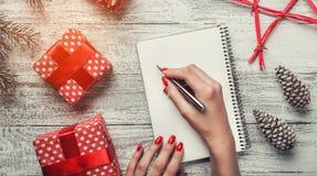 Enhorabuena con los artículos modernos, espacio para el mensaje para la Navidad y nuevos días de fiesta, días de fiesta modernos  Fotos de archivo