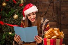 Enhorabuena de lectura del Año Nuevo y de la Navidad de la muchacha hermosa Imagen de archivo libre de regalías