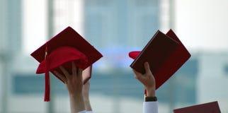 Enhorabuena, opinión graduados frescos con su desgaste principal en el aire y la celebración fotos de archivo libres de regalías