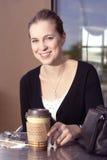 enhoying她的妇女年轻人的coffe 库存照片