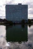Eni总部反射在一个湖在罗马 库存照片