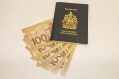Enig Canadees paspoort met Contant geld Stock Afbeeldingen