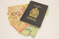 Enig Canadees paspoort met Contant geldverscheidenheid Royalty-vrije Stock Fotografie
