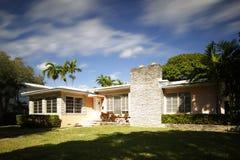 Enig de familiehuis van Florida met onduidelijk beeldmotie in hemel Royalty-vrije Stock Afbeelding