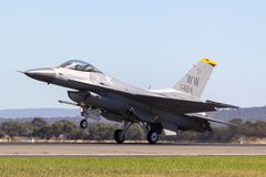 Enig falk för stridighet för Staes flygvapenU.S.A.F. Lockheed F-16CJ 90-0824 från den 14th kämpeskvadronen, 35th kämpevinge på Mi royaltyfri fotografi